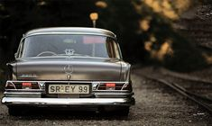 Going from venerable classic saloon to ground scraping low rider at the press of a butto. Custom Mercedes, Mercedes Benz Cars, Vintage Porsche, Vintage Cars, Alfa Cars, Classic Mercedes, Benz S, Car Photos, Luxury Cars