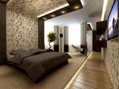 Piso da área da cama elevado, acarpetado e com direito a iluminação. Charme também no teto e piso de madeira.