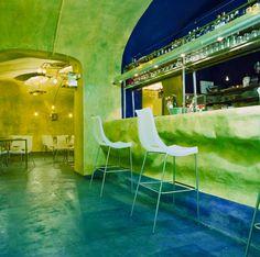 bancone bar con struttura scultura in rete e malte. finitura calce