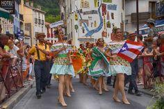 https://flic.kr/p/Lgff9Y | 74ème Festival Folklorique International Danses et Musiques du Monde | N'hésitez pas à consulter notre site internet www.tourisme-amelie.com  Dès le début du 20° siècle et notamment lors des fêtes du Carnaval, un groupe de jeunes gens et de jeunes filles exécutait dans les rues de la ville des danses folkloriques catalanes.  Jean TRESCASES, fondateur des Danseurs catalans d'Amélie les bains en 1935, créa en 1936 un festival folklorique des provinces françaises.  Et…