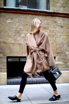 Lucy Williams from Fashion Me Now in a perfect camel blanket coat Fashion Me Now, Street Style Chic, Looks Street Style, Mode Style, Style Me, Fashion Gone Rouge, Vogue, Leggings, Autumn Winter Fashion