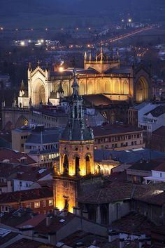 Iglesia de San Pedro y Catedral Nueva en el casco medieval de Vitoria-Gasteiz, Basque Country, Spain