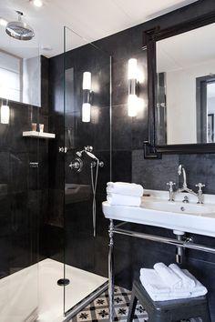 Chambre Deluxe (9) Lits King Size Climatisation Accès wifi gratuit Tv satellite coffre fort Télephone toilettes séparées