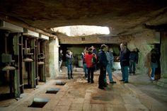Visita in un frantoio scavato nella roccia.    Per saperne di più su questo evento, visitate il nostro portale:  http://www.pugliaevents.it/it/gli-eventi/ipogea-viaggio-nel-mondo-dei-frantoi-ipogei