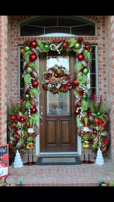 Christmas front door Whoville Christmas, Christmas Porch, Elegant Christmas, Noel Christmas, Rustic Christmas, Front Door Christmas Decorations, Diy Christmas Garland, Christmas Front Doors, Christmas Crafts