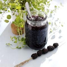 Brombærsyltetøj med gin - Opskrifter Blackberry Gin, Strawberry Jam, Gooseberry Jam, Gin Recipes, Lchf, Preserves, Love Food, Jelly, Canning