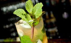 Mojito com abacaxi. Coquetel mistura a leveza do rum com a refrescância do abacaxi / Divulgação    O   Rey Castro Cuban Bar   apresenta uma receita...