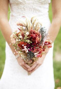 buquê da noiva flores secas | A grande vantagem é que se mantêm intactas desde o inicio até o final da festa, além de possuírem baixo custo.