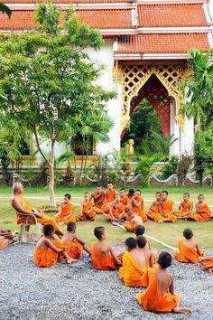 Novicios estudian en el templo budista de Klong Prao