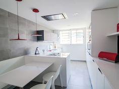 Una cocina moderna y funcional en blanco y rojo