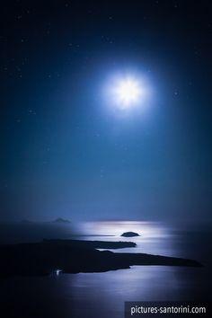 Santorini Caldera In The Moonlight Santorini Caldera, Santorini Island, Santorini Greece, The Beautiful Country, Beautiful World, Moon Photography, Beautiful Nature Wallpaper, World Cities, Greek Islands