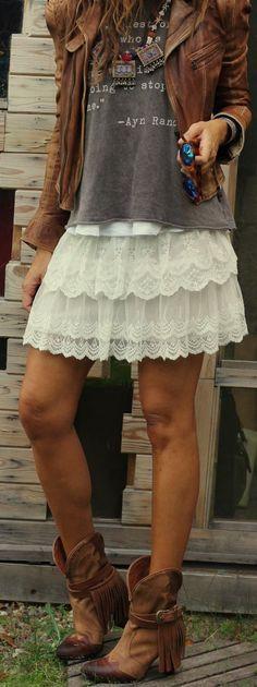 Comprar ropa de este look: https://lookastic.es/moda-mujer/looks/chaqueta-motera-camiseta-con-cuello-barco-minifalda-botas-a-media-pierna-gafas-de-sol-collar/12145 — Botas a Media Pierna de Cuero Marrónes — Minifalda de Encaje Blanca — Collar Multicolor — Camiseta con Cuello Circular Estampada en Gris Oscuro — Gafas de Sol de Leopardo Marrónes — Chaqueta Motera de Cuero Marrón Sup