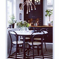 Såååå mkt snyggt! #thonet #chair #black #marble #table #vase #svenskttenn…