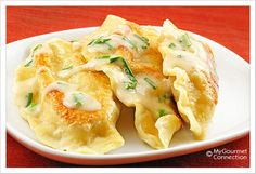 "Homemade Potato-Cheese Pierogi With Sour Cream Garlic-Chive Sauce - Holy crap! You had me at ""Potato-Cheese Pierogi With Sour Cream Garlic-Chive Sauce. I Love Food, Good Food, Yummy Food, Fun Food, Food Porn, Cheese Pierogi Recipe, Pierogi Sauce, Cheese Ravioli, Macaroni Cheese"