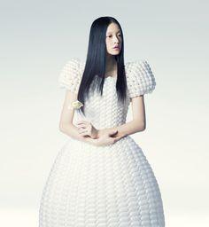 Já viram as roupas feitas de balão da artista Rie Hosokai e do designer / diretor gráfico Takashi Kawada? São lindas!!! Confere lá no blog: http://mantostore.blogspot.com.br/2013/02/moda-inflada.html