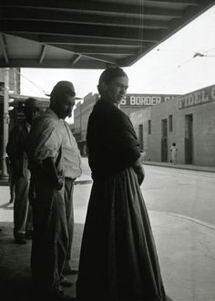 Frida Kahlo at the Border, Laredo, Texas, 1932. Photo by Lucienne Bloch
