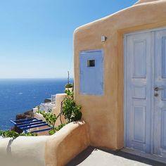 Oia ☀  .  .  .  .  .  .  .  .  .  .  .    #oia #santoriniisland #santorini #greece #greek #view #island #bluesky #travelblogger #travel #fashionblogger #fashionista #kinfolkmag #kinfolk #lifestyle #liveauthentic #architecture #iglady #minimalist #plants #beach #vacation #summervibes #interiordesign #morninglikethese #viewporn #chillin #igersisrael