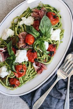 Caprese Pasta With Roasted Tomatoes & Burrata Anybody who knows me knowsthat I've always had the blackest of blackthumbs. I've never been able to keep anything green living - not even cacti. Roasted Tomato Pasta, Roasted Tomatoes, Caprese Pasta, Vegetarian Recipes, Healthy Recipes, Healthy Foods, Best Italian Recipes, Favorite Recipes, Meals For The Week