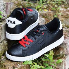 Schwarze #Sneaker von #Fila mit #Highlights in Rot und Weiß. #fashion #trend #deichmann #shoes #new #lifestyle 49,90 € (Artikel-Nr. 1799320)