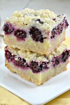 Blackberry Pie Bars--buttery shortbread crust, a creamy custard like filling, chock-full of delicious blackberries and a shortbread crumble topping. One of my new favorite recipes. Just Desserts, Delicious Desserts, Yummy Food, Barres Dessert, Blackberry Pie Bars, Blackberry Dessert Recipes, Blackberry Cobbler, Baking Recipes, Cookie Recipes