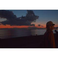【hannana.7】さんのInstagramをピンしています。 《見返り美人 ・ この雲があるからいいのかな… 夕焼けの色が際立ってるかも ・ #江ノ島 #新江ノ島水族館 #富士山 #夕焼け #雲  #ファインダー越しの私の世界 #ポートレート #カメラ女子 #一眼レフ #砂浜 #海  #nikonworld_ #nikond3200 #nikon  #beautiful #sunset #cloud #sea #portrait》
