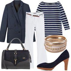 Jeans svasati e bianchi abbinati alla giacca doppiopetto in denim dal taglio mascolino. Sotto indossiamo una maglietta a righe bianche e blu. Accessori: borsa grigia e blu, décolleté denim e bracciali in oro.