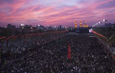 Para peziarah Muslim Syiah berkumpul memperingati Arbain di Kerbala, Baghdad barat-daya. Ratusan ribuan peziarah berpakaian hitam dari berbagai wilayah Irak mengalir ke kota itu sehari sebelum puncak acara tersebut pada hari Sabtu Arbain, yang menandakan berakhirnya 40 hari masa berkabung bagi Imam Hussein, cucu Nabi Mohammad.