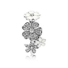 Este atraente design é composto por várias das flores mais populares da PANDORA, formando um buquê brilhante. Com suas delicadas flores cravejadas de pedras, ele terá um impacto repleto de glamour em qualquer ocasião.