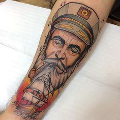 Tatuagem criada por Victor Costa de São Paulo.    Marinheiro e caravela em traços neo tradicional no braço.