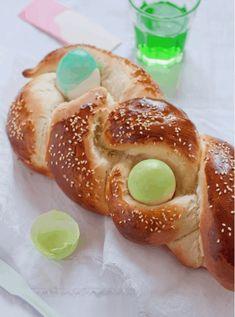 Easter bun: the Tcheurek Egg Recipes For Kids, Easter Dinner Recipes, Holiday Recipes, Menu Vegan, Italian Easter Bread, Easter Bun, Classic Italian Dishes, Graham, Easter Cookies