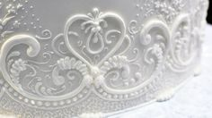 Learn how to pipe a vertical lace pattern on the side of a cake!
