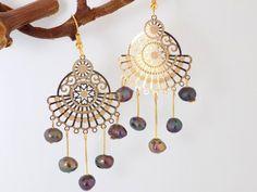 Boucles dorées éventail 5 perles nacre violet reflets naturelles Or Violet, Bijoux Design, Crochet, Dream Catcher, Creations, Home Decor, Beads, Green Highlights, Fantasy