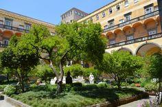 Napoli, al Chiostro del Monastero di San Gregorio Armeno