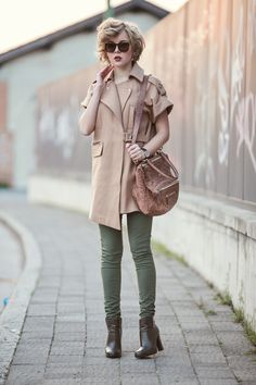 darya kamalova from thecablook com is doing a street style outfit wearing chicwish sleveless coat and givenchy pandora bag with tory burch booties ans asos green skinny pants on the sunset-2 copy