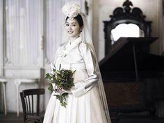 <한복린> 우아한 신부의 웨딩한복. 머리에는 웨딩 베일을 얹고 꽃과 스와로브스키로 장식된 족두리. hanbok