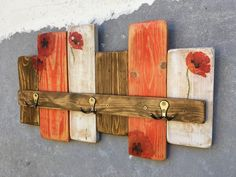 """Věšák+""""Vlčí+máky""""+Věšák+je+vyroben+z+recyklovaněho+dřeva,+natřen,+dekorován+motivy+vlčích+máků+a+přelakován+polomatným+lakem.+Opatřen+kovovými+háčky.+Rozměry+jsou+59x34cm.++++++++++++++++++++++++++++++++++++Tento+výrobek+již+svou+majitelku+má,+ale+po+domluvě+ho+zhotovím+znovu."""