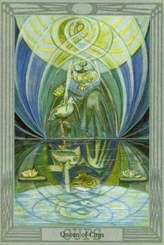 """Королева Кубков, олицетворяющая женский аспект стихии воды, означает тонкость чувств, эмпатию, образное мышление и готовность к самопожертвованию, символизирует целительную, укрепляющую силу, а также взгляд внутрь себя. Таким образом, она управляет неосознанными силами души. Это - фея и мудрая волшебница, живущая внутри нас, прорицательница, толкующая наши сновидения, ясновидящая, помогающая найти путь в тумане. Ее иногда называют """"темной картой"""", потому что истоки ее мудрости скрыты, и…"""