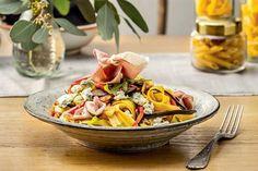 Zobacz, jak zrobić tagliatelle z bakłażanem, papryką i rukolą. Przepis Karola Okrasy znajdziesz na stronie Kuchni Lidla!