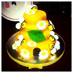 """Bees on the hive - Birthday Cake!"" Made by Kiyomi Sakamoto."