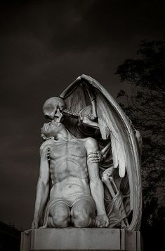 Kiss Of Death This astonishing sculpture forms part of Barcelona's Poblenou Cemetery. The Kiss of Death (El Petó de la Mort in Catalan and El beso de la muerte in Spanish) dates back to A winged skeleton bestows a kiss on the forehead of a man Death Art, Kiss Of Death, The Death, Cemetery Statues, Cemetery Art, Cemetery Angels, Art Mort, Art Du Monde, Renaissance Kunst