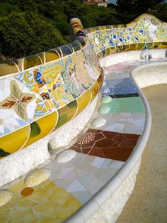 Park Guell. Antoni Gaudi. Barcelona, España - 1900-14 - a bench designed to comfort the backs of those who sat on it  España - Viajes 1,2,3,4