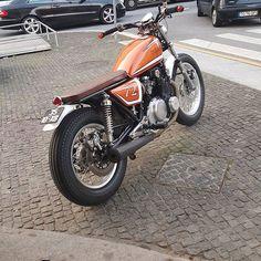 Suzuki GS 550 - Agora com os devidos créditos @motoluar -  #CafeRacer #BratStyle #DuasRodas #Moto #PaixãoSobreRodas #CulturaCafeRacer #BrasilMotos #caferacergram #caferacersofinstagram #caferacerculture #motorcycle #BMW #bmwgram #Yamaha #yamahacaferacers #hondacaferacers #Honda #ducaticaferacer #ducati #bmwcaferacer #triumph #triumphcaferacer #suzuki #benelli #Kawasaki #HarleyDavidson #caferacerbrazil #gs550 #gs750