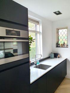 Binnenkijken bij Marloes Kitchen Island, Table, Furniture, Home Decor, Island Kitchen, Decoration Home, Room Decor, Tables, Home Furnishings