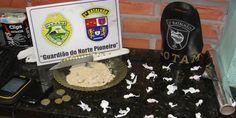 Três pessoas são presas com 22 buchas de crack prontas para o comércio - http://projac.com.br/noticias/tres-pessoas-sao-presas-com-22-buchas-de-crack-prontas-para-o-comercio.html