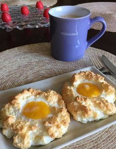 If you are a fan of eggs, the cloud eggs will delight you. Copy the recipe for the next brunch. Egg Recipes, Paleo Recipes, Cooking Recipes, Tapas, Breakfast Recipes, Food And Drink, Snacks, Miley Cyrus, Desserts