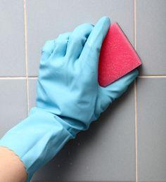 Les joints de carrelage ont tendance à s'encrasser. Pour les nettoyer sans utiliser d'eau de javel ou de produits chimiques, mélangez le jus d'un citron avec quelques pincées de gros sel. Frottez les joints avec cette pâte à l'aide d'une brosse à dent ou d'une éponge et laissez agir une dizaine de minutes avant de les rincer.