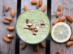 A juicy smoothie with avocado, zucchini, almonds and lemon
