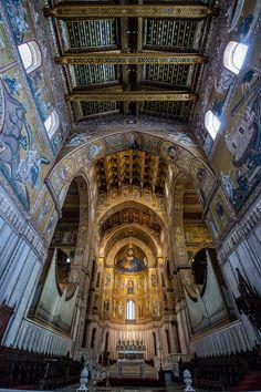 Monreale cathedral Sicily. La iglesia fundada en 1172 por Guillermo II de Sicilia, y junto a ella se levantó un monasterio benedictino. La catedral es famosa por los impresionantes mosaicos dorados que cubren su interior. el claustro, junto a la catedral, se apoya en 228 columnas, decoradas y rematadas en unos capiteles muy trabajados. Sobre estos se apoyan unos arcos que denotan una fuerte inspiración árabe.