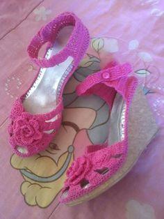 Sandalias Crochet Flip Flops, Crochet Boot Cuffs, Crochet Slipper Pattern, Crochet Sandals, Crochet Slippers, Crochet Shawl, Knit Crochet, Crochet Patterns, Shoe Refashion
