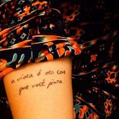 As frases estão cada vez mais populares no mundo das tatuagens - sabe por quê? Além de ser uma ótima... - Reprodução